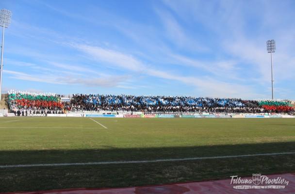 ГЛЕДАЙ: Пълно обединение сред привържениците на Локомотив, надъхаха футболистите, те им ръкопляскаха