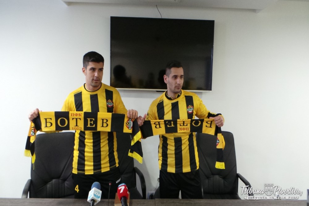 Photo of Ботев представи двамата румънци