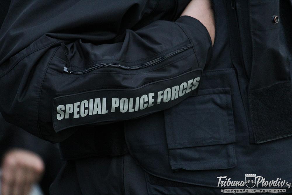 Photo of СНИМКИ: Бой между фенове на Локомотив и цивилни полицаи, запалянко е наръган сериозно