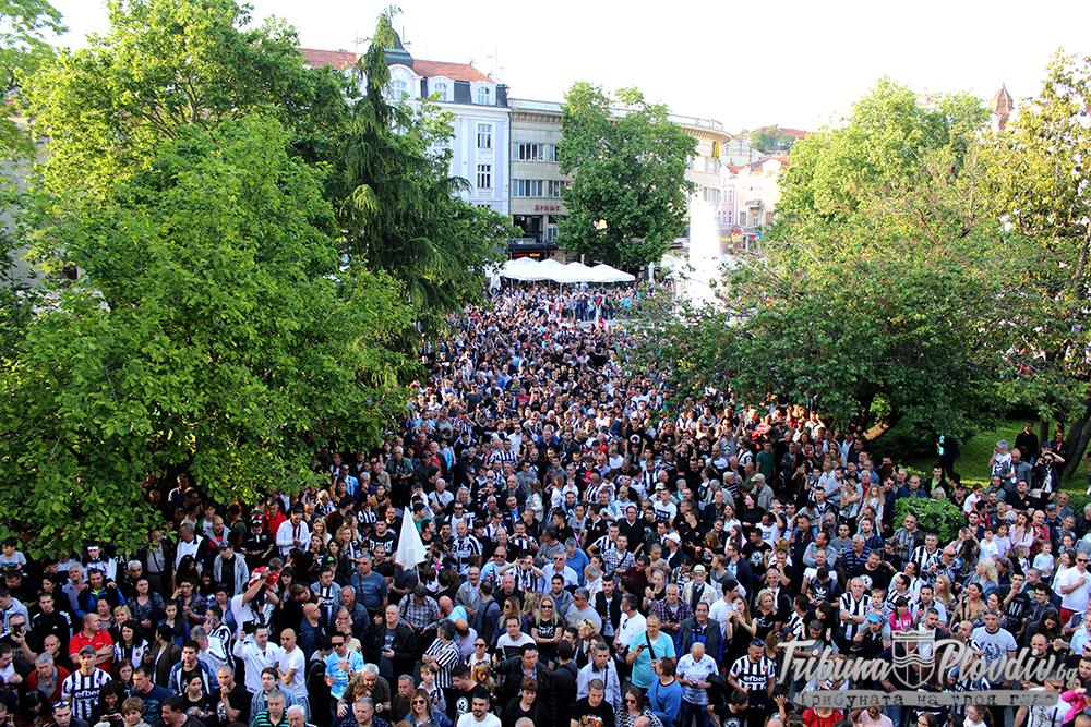 Photo of Фенклубът на Локомотив с важно съобщение за феновете преди шествието към Общината