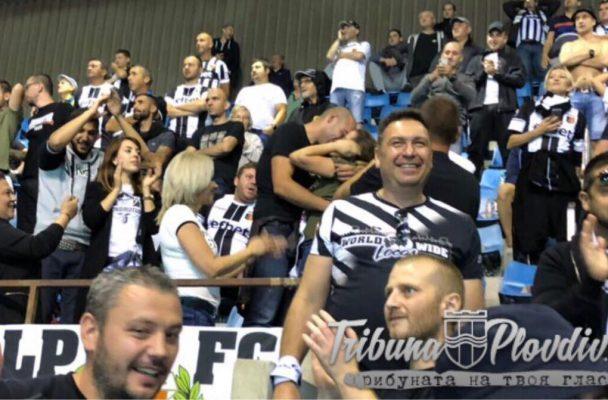 СНИМКА: Фен на Локо Пд предложи брак на приятелката си по време на мача със Страсбург